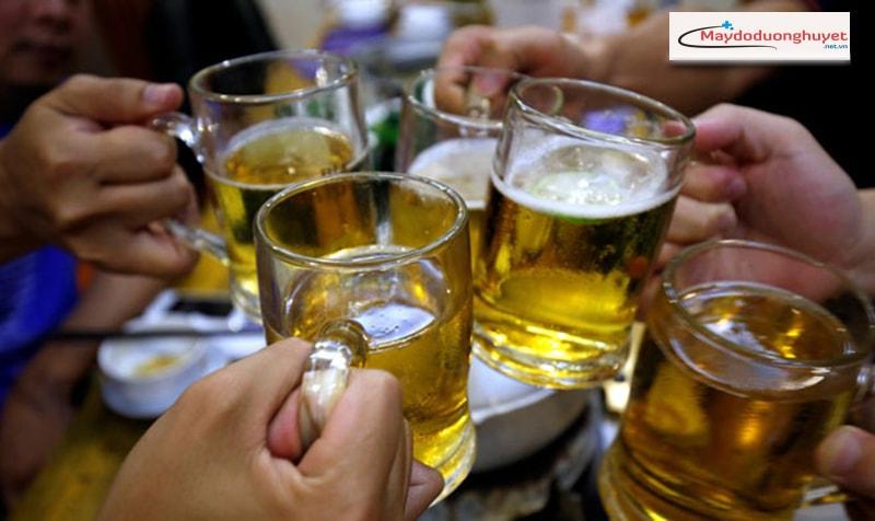 Uống quá nhiều rượu bia – chế độ ăn uống kiêng khem không hợp lý. (Ảnh:Internet).
