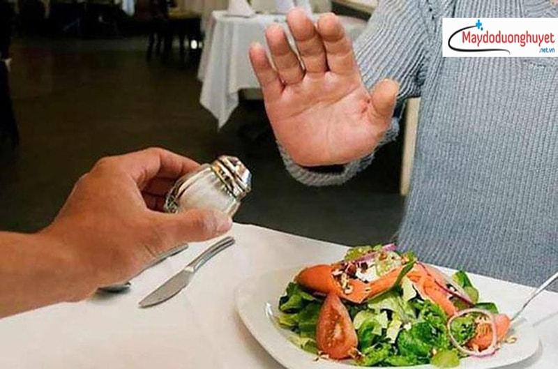Theo lời khuyên của bác sĩ, mỗi người chỉ nên ăn dưới 6g muối/ngày. (Ảnh: Internet)